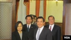 3月30日馬英九和蔡英文在閉門會議後握手供媒體拍攝的資料照。