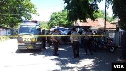 Anggota kepolisian dan militer di Poso, Sulawesi Tengah, saat menemukan bom di daerah tersebut pada 2012. (Foto: Dok)
