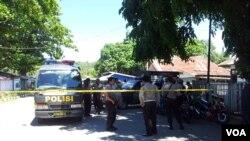 Polisi dan TNI menemukan bom rakitan seberat 10 kilogram di Poso, Sulawesi Tengah. (VOA/Muliarta)
