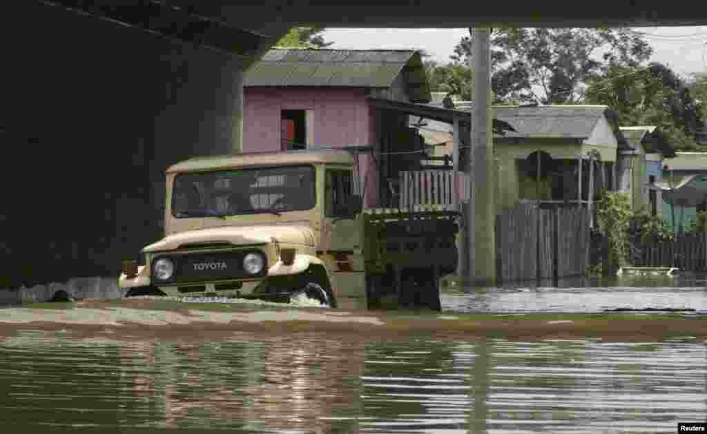 برازیل میں تیز بارشوں کے باعث کئی شہر اور قصبے سیلاب کی لپیٹ میں ہیں۔