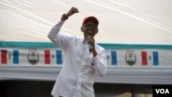 Presiden Paul Kagame berbicara pada kampanye di luar ibukota Kigali. (Z. Baddorf for VOA)