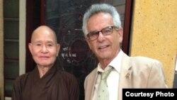 Dân biểu Mỹ Alan Lowenthal thăm Đại Lão Hòa Thượng Thích Quảng Độ, Tăng Thống Giáo Hội Phật Giáo Việt Nam Thống Nhất đang bị quản thúc tại gia.