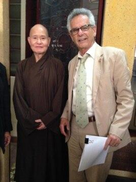Dân biểu Mỹ Alan Lowenthal thăm Đại Lão Hòa Thượng Thích Quảng Độ, Tăng Thống Giáo Hội Phật Giáo Việt Nam Thống Nhất, tháng 5/2015.
