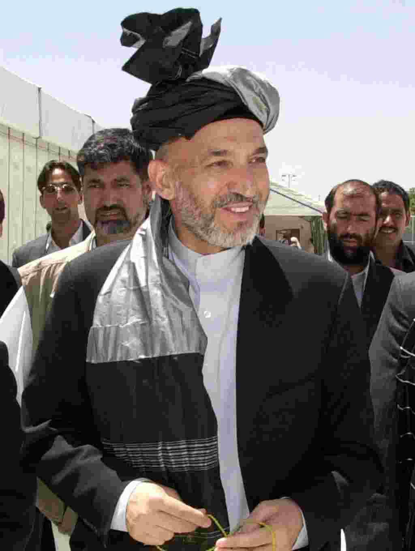 ژوئن ۲۰۰۲- یک شورای عالی ، معروف به لویه جرگه، حامد کرزی را به عنوان رییس دولت انتقالی افغانستان انتحاب می کند. دولت پیش نویس قانون اساسی جدید را تدوین خواهد کرد و مقدمات برگزاری انتخابات در ۱۸ماه آینده را فراهم می آورد.