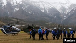 Polisi Perancis dan tim SAR Alpine berkumpul sebelum berangkat menuju lokasi jatuhnya pesawat dekat Seyne-les-Alpes, di pegunungan Alpine, Perancis (24/3).