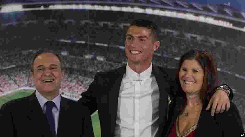 Cristiano Ronaldo, pose avec sa mère Maria Dolores dos Santos Aveiro, et le président du club Florentino Perez après la signature d'un nouveau contrat au stade Santiago Bernabeu à Madrid, lre 7 novembre 2016.