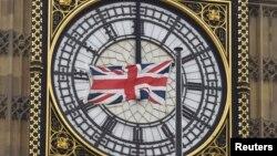 """Bendera Inggris berkibar di depan menara """"Big Ben""""di pusat kota London, Inggris (Foto: dok)."""