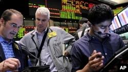 Nyu-York birjasida brokerlar neft narxini kuzatmoqda