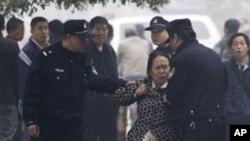 당국에 항의하는 시민을 단속하는 중국 경찰들