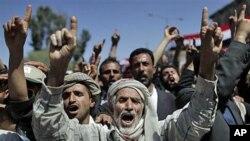 حکومت مخالف مظاہرین نعرے لگاتے ہوئے