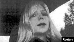 Los abogados de Manning buscan evidenciar la confusión de identidad de género del soldado Manning para reducir su condena. En esta foto aparece Bradley Manning vestido de mujer.