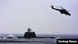 한국 해군의 214급(1천88t급) 잠수함인 '안중근함'이 4일 수상에서 기동하고 있다. (자료사진)