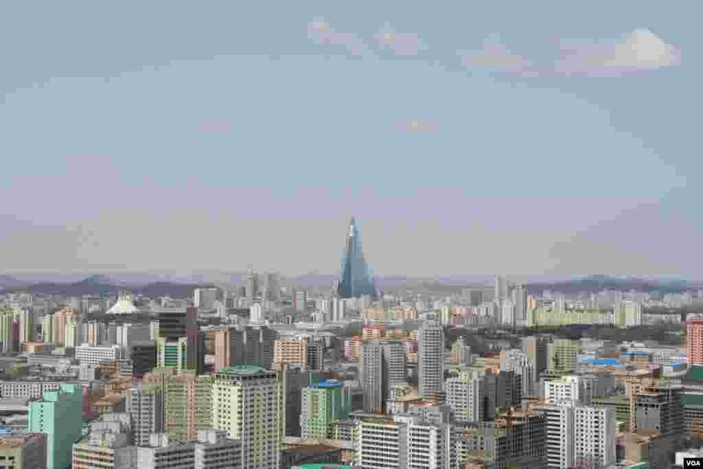 Пхеньян, вид на гостиницу «Рюгён»