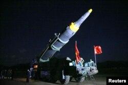 김정은 북한 국무위원장이 지난 14일 새로 개발한 지대지 중장거리 전략 탄도미사일 '화성-12'의 시험발사에 참관했다고 조선중앙통신이 15일 전했다.
