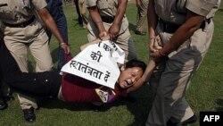 Một người Tây Tạng bị cảnh sát bắt giữ trong cuộc biểu tình bên ngoài Đại sứ quán Trung Quốc tại New Delhi, Ấn Độ, 2/11/2011