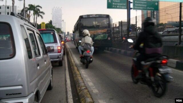 Polusi udara di Jakarta kebanyakan berasal dari asap kendaraan bermotor, baik kendaraan pribadi maupun angkutan umum.