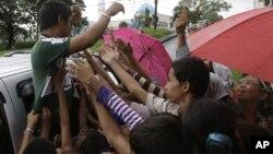Một người Phiippines theo đạo Hồi cho trẻ em tiền sau lễ cầu nguyện tại đền thờ Blue Mosque trong thành phố Taguig, 26/10/2012