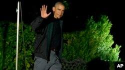 El presidente Barack Obama saluda a los periodistas al salir esta madrugada de la Casa Blanca rumbo a Beijín.