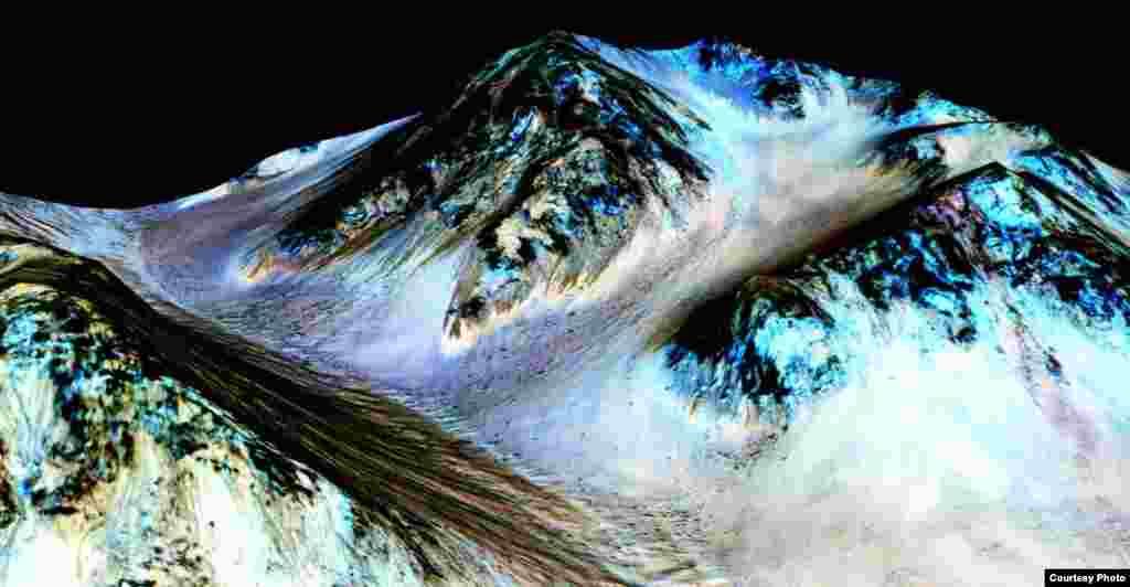 ناسا وایي، په دې انځور کې دا تورې کرښې چې شاوخوا ۱۰۰ متره اوږدوالی لري په مریخ کې د مایع اوبو ښکارندوینه کوي