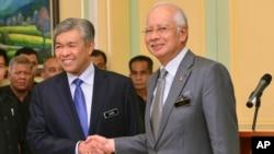 马来西亚总理纳吉布和他新任命的副总理阿末扎希握手(2015年7月28日)