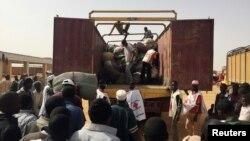 Les migrants expulsés d'Algérie se plaignent des conditions dans le camp de transit d'Agadez, Niger, 9 décembre 2016. (VOA / Abdoul-Razak Idrissa)