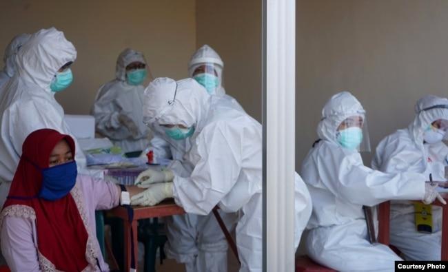 Pelaksanaan rapid tes di salah satu ruko di Surabaya. (Foto: Humas Pemkot Surabaya).