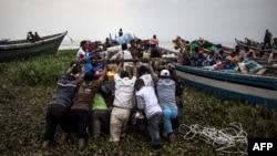 Des déplacés embarquent dans des pirogues sur le Lac Albert à Tchomia, Ituri, le 5 mars 2018.