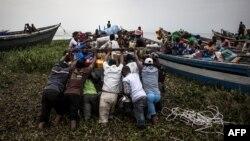 Des déplacés embarqués dans des pirogues sur le Lac Albert fuient les affrontements interethniques à Tchomia, Ituri, le 5 mars 2018.