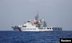 中国一艘海警船2107年4月6日在南中国海争议岛屿附近巡逻。