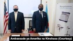 Ntoma ya Amerika na Kinshasa, Mike Hammer (G) na ministre ya Boyokani na molongono ya RDC, Guillaume Manjo, na milulu mya bopesa 50 respirateurs ya Etats-Unis na Kinshasa, 23 septembre 2020. (Ambassade ya Amerika)