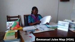 Mme Djoussi Berthe, Directrice école publique groupe 1 d'Ekoudou, une école primaire publique située à la lisière du quartier Briqueterie, à Yaoundé, Cameroun, 6 mars 2017. (VOA/ Emmanuel Jules Ntap)