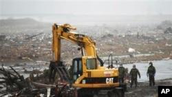 日本工人開始從福島核電站進行修復