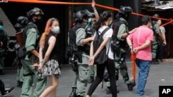 وێنەیەک لە دەستگیرکردنی خۆپیشاندەرانی دژە چین لە هۆنگ کۆنگ
