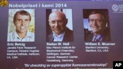 Foto para peraih nobel kimia 2014 ditayangkan di layar saat diumumkan oleh para petugas di Royal Swedish Academy of Sciences, Stockholm, Swedia (8/10). Dari kiri: Eric Betzig (AS), Stefan Hell (Jerman) dan William Moerner (AS).