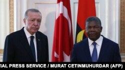Le président turc Recep Tayyip Erdogan (à gauche) et le président angolais João Lourenço lors de leur rencontre à Luanda, Angola, le 18 octobre 2021.