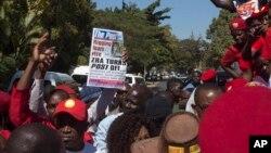 Warga melakukan protes atas penutupan surat kabar 'The Post' di Lusaka, Zambia (22/6), yang diduga ada motif politik untuk mengurangi kritik terhadap pemerintah menjelang pemilu.
