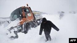 Dân chúng đi bộ trên con đường phủ tuyết trắng xóa ở ngoại ô thủ đô Bucharest, Romania hôm 26/1/12