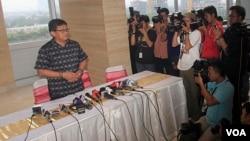Pelaksana Tugas Sekjen PDIP, Hasto Kristiyanto menjelaskan pertemuannya dengan Ketua KPK Abraham Samad perihal pencalonannya sebagai calon wakil presiden (foto: VOA/Fathiyah)