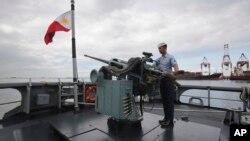 Hải quân Philippines trên tàu chiến BRP Gregorio Del Pilar (PF15) tại cảng Manila.
