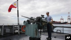 Một thủy thủ của Hải quân Philippines thử sử dụng súng máy trên chiến hạm BRP Gregorio Del Pilar (PF15) tại cầu cảng ở Manila. Từng bị xem là nước có trang bị quân đội yếu kém nhất trong khu vực, gần đây Philippines đã bắt đầu nỗ lực hiện đại hóa quân đội khi Trung Quốc không ngừng gia tăng ảnh hưởng trên Biển Đông.