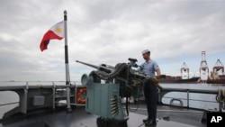Một thủy thủ Philippines thao dợt sử dụng các khẩu súng trên chiến hạm BRP Gregorio del Pilar