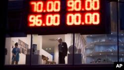 在聖彼得堡一家中國店外﹐電子報版顯示盧布匯率。