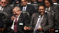 Issa Hayatou (à droite) président de la CAF, la Confédération africaine de football le 20 octobre 2005. (AP Photo/Amr Nabil)