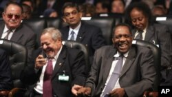 Issa Hayatou, du Cameroun, président de la confédération de football CAF africaine, à droite, assis aux côté de Mounir Thabet, président du Comité olympique égyptien lors du tirage au sort pour la Coupe d'Afrique des Nations Egypte 2006 , 10 février 2006.