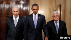 US President Barack Obama is seen with Israeli Prime Minister Benjamin Netanyahu (L) and Palestinian President Mahmoud Abbas walking toward the East Room of the White House in Washington September 1, 2010.