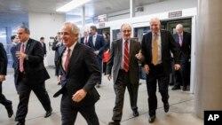 Para senator bergegas memasuki ruang Senat untuk melakukan pemungutan suara untuk mempercepat pengesahan anggaran pertahanan (11/12). (AP/J. Scott Applewhite)