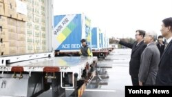 지난달 27일 한국 민간단체 '에이스경암'이 북한 황해북도 사리원 지역의 비닐하우스 농장에 6개월 만에 대북 물품지원을 했다. 임진각 평화누리공원에서 열린 황해북도 사리원시 임·농업 협력물자 지원 환송식에서 에이스경암 안유수 이사장 등이 물품 차량을 둘러보고 있다. (자료사진)