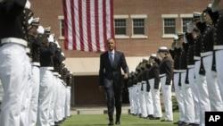 លោកប្រធានាធិបតី បារ៉ាក់ អូបាម៉ា នៅឯបណ្ឌិតសភាឆ្មាំឆ្នេរសមុទ្រស.រ.អា. (US Coast Guard Academy) នៅរដ្ឋ Connecticut កាលពីថ្ងៃទី២០ ខែឧសភា ឆ្នាំ២០១៥។