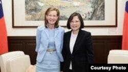 台湾总统蔡英文与华盛顿邮报资深副主编韦茅斯合影(台湾总统府提供)