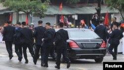 Kim Conq Unun cangüdənləri liderlərinin maşınının yanınca qaçır. Donq Danq, Vyetnam, 26 fevral, 2019.
